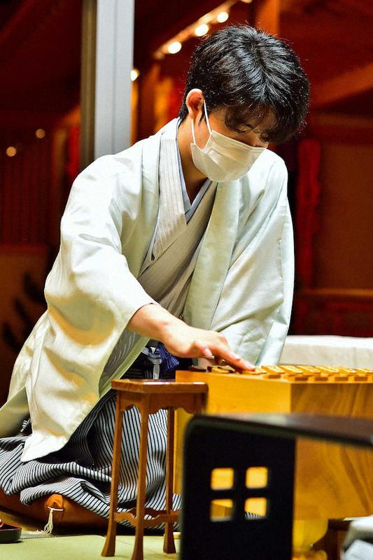藤井棋聖 18歳1カ月での最年少2冠、羽生の21歳11カ月を3歳以上上回る